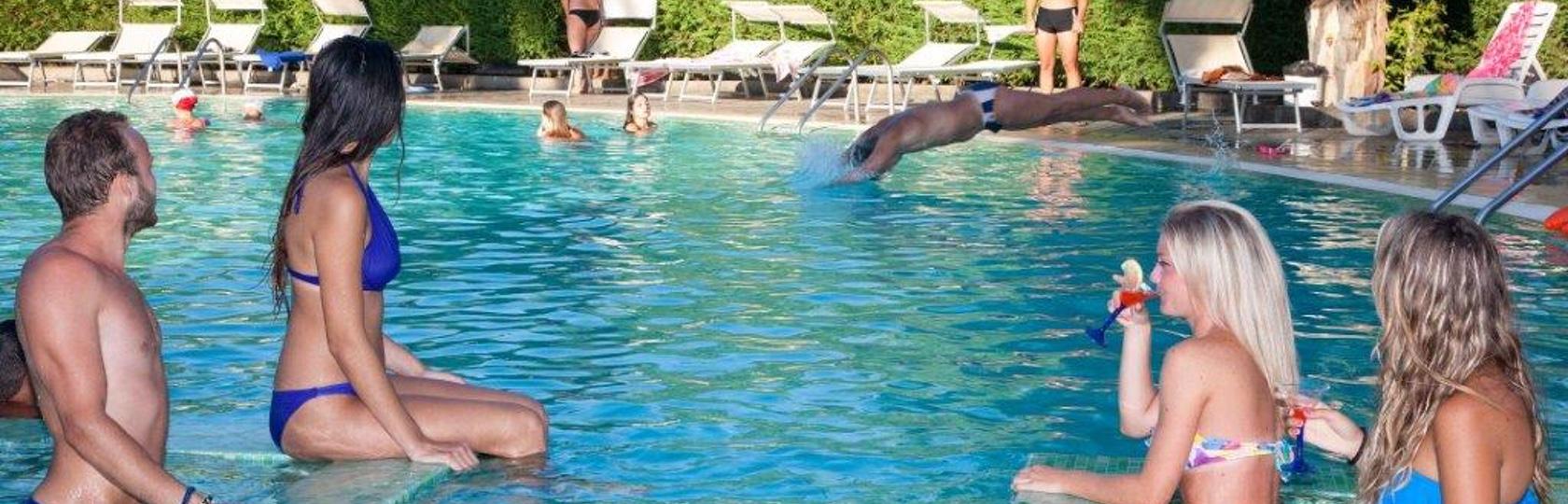 holidaybeach_piscina.jpg